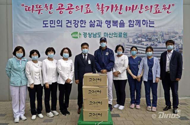 NC 김진성 선수가 마산의료원을 방문해 샌드위치 등 전달하고 있다./NC다이노스/