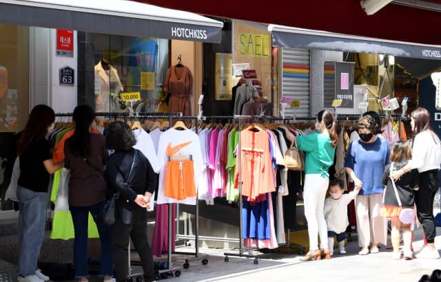 지난 23일 창원시 마산합포구 창동을 찾은 시민들이 한 의류점에서 쇼핑을 하고 있다./성승건 기자/