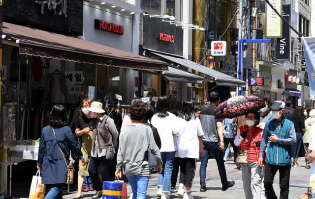 23일 창원시 마산합포구 창동 일대가 쇼핑과 외식을 하러 나온 시민들로 붐비고 있다./성승건 기자/