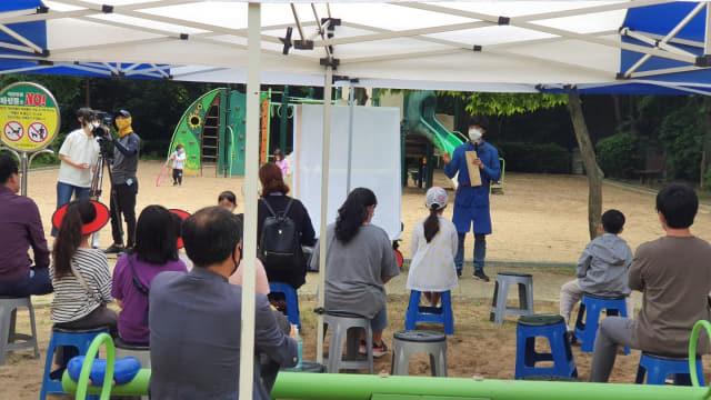창원시가 지난 24일 마산합포구 월영달빛공원에서 놀이터 전문가를 초청해 기본구상 용역 보고회를 개최하고 있다./창원시/