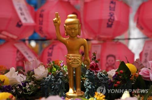 (서울=연합뉴스) 한상균 기자 = 부처님오신날 법요식을 하루 앞둔 29일 오후 종로구 조계사에 아기 부처님이 관불의식을 기다리고 있다. 조계종은 지난달 30일 코로나19로 부처님오신날 법요식을 한 달 뒤로 연기했다. 2020.5.29 xyz@yna.co.kr
