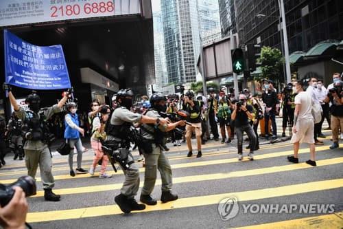 5월 27일 도심인 센트럴 지구에 모인 시민들에게 해산하라고 경고하고 있다. 센트럴 지구에는 점심 무렵에 수백명의 시위대가 구호를 외치다 경찰에 의해 해산됐다. [AFP 연합뉴스 자료사진·재판매 및 DB 금지]