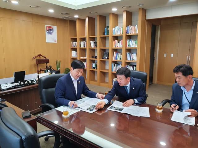 허성곤 김해시장이 구윤철(왼쪽) 국무조정실장에게 김해시 현안을 설명하고 있다./김해시/