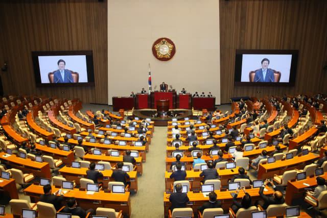 5일 오전 서울 여의도 국회에서 열린 제21대 국회 첫 본회의에서 상반기 의장으로 선출된 박병석 의원이 당선 인사를 하고 있다. 연합뉴스