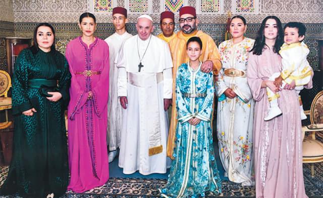 해안가에 세워진 모로코 국왕가족의 사진.