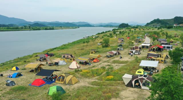 지난 20일 창원시 의창구 동읍 본포수변생태공원을 찾은 시민들이 캠핑을 하고 있다./김승권 기자/
