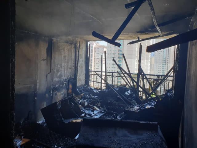 26일 낮 12시 6분께 창원시 마산회원구 양덕동의 한 아파트에서 불이 나 내부가 소실돼 있다./창원소방본부/