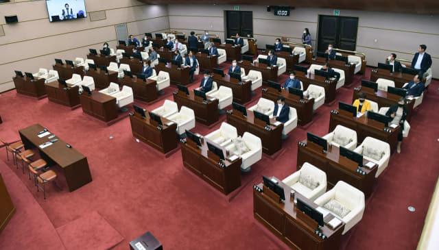 26일 오후 경남도의회 임시회에서 더불어민주당 김하용(왼쪽)의원이 후반기 도의회 의장으로 당선되자 더불어민주당 의원들이 본회의장을 빠져나가 정회가 선포되고 있다./김승권 기자/