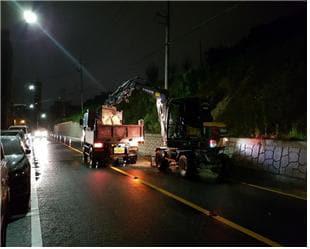 30일 새벽 12시 30분께 창원시 의창구 도계동의 한 도로 사면이 유실돼 응급복구를 하고 있다./경남도/