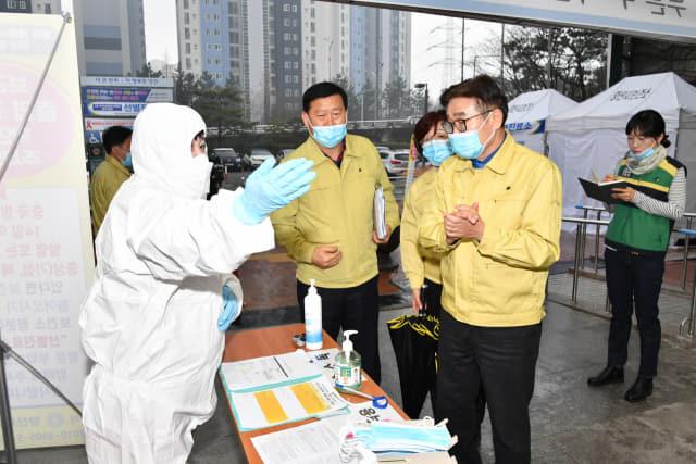 지난 3월 김일권 시장이 양산시보건소를 찾아 코로나19 방역에 힘쓰는 보건소 직원을 격려하고 있다.