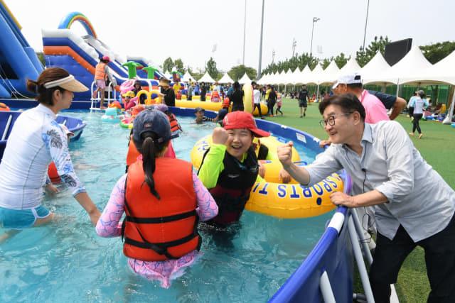 지난해 여름 양산의 한 물놀이장을 찾은 김 시장이 시민들과 파이팅을 하고 있다.