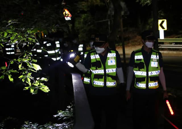 박원순 서울시장이 실종됐다는 신고가 경찰에 들어온 9일 밤 북악산 일대에서 경찰이 2차 야간 수색을 하고 있다. 연합뉴스