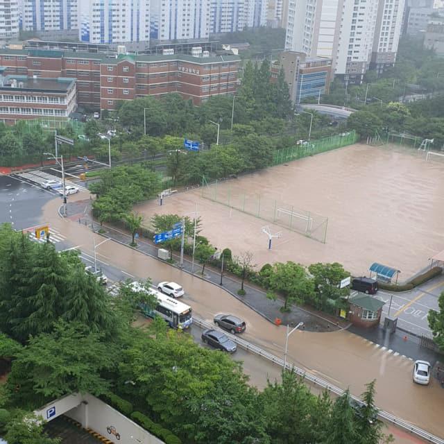 시간당 최대 50㎜ 이상의 비가 내린 10일 부산 해운대구 신시가지 도로가 흙탕물이 넘쳐흐르고 있다. 연합뉴스