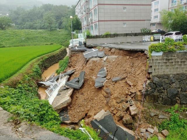 집중 호우가 내린 10일 거제시 사등면 성포리의 한 아파트 주자장이 붕괴돼 있다./경남도/