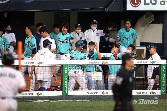 지난 10일 NC-LG전이 열린 서울 잠실야구장에서 알테어가 덕아웃으로 들어가며 동료들의 응원을 받고 있다./NC다이노스/