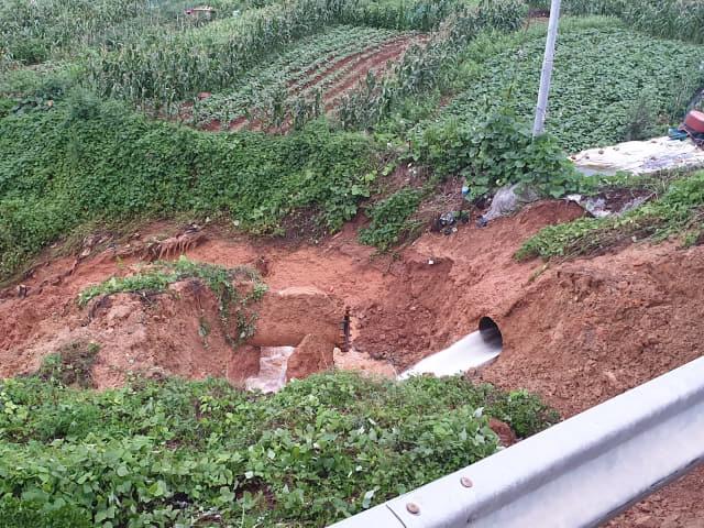 14일 새벽 집중호우로 비탈면이 붕괴되면서 통영시 무전동 일대 4만7900세대에 수돗물을 공급하는 상수도관 파열됐다. 파열된 관에서 수돗물이 흘러 넘치고 있다. /통영시/
