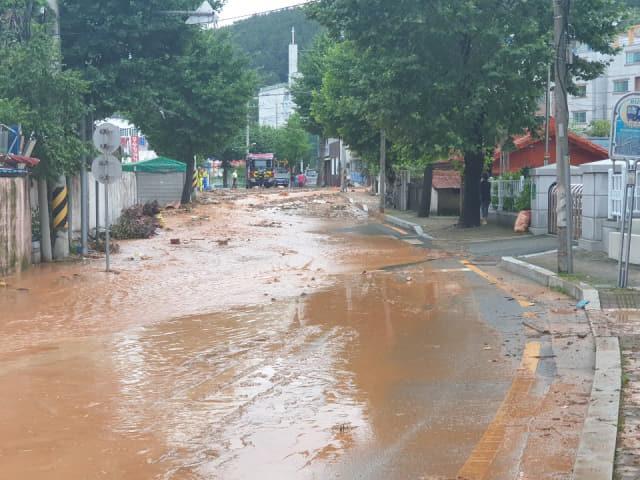 14일 새벽 집중호우로 비탈면이 붕괴되면서 통영시 무전동 일대 4만7900세대에 수돗물을 공급하는 상수도관 파열됐다. 파열된 관에서 수돗물이 흘러 넘쳐 도로가 흙탕물로 뒤덮였다. /통영시/