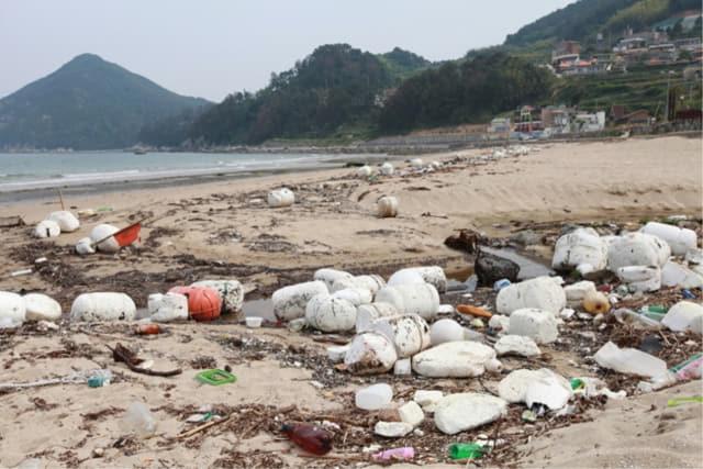 거제시 장목면 흥남해수욕장에 쌓여 있는 쓰레기들./서일준 국회의원실/