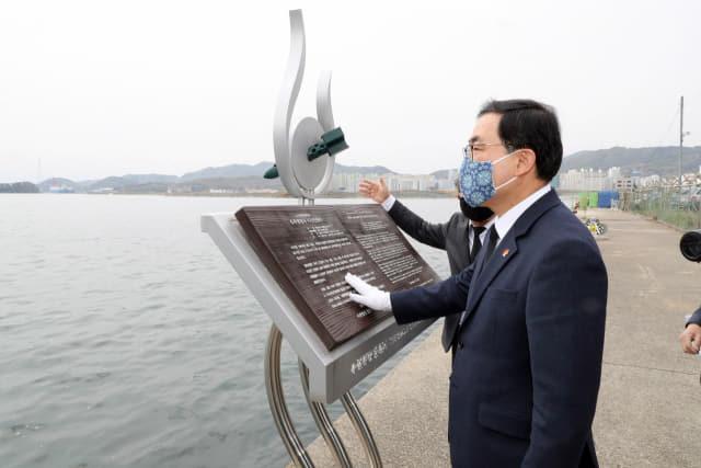 김주열 열사 시신 인양지서 추모 중인 허성무 시장