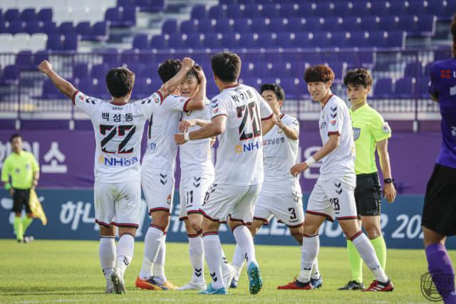 지난 5월 24일 경남FC와 안양전에서 경남선수들이 골을 넣고 기뻐하고 있다./경남FC/