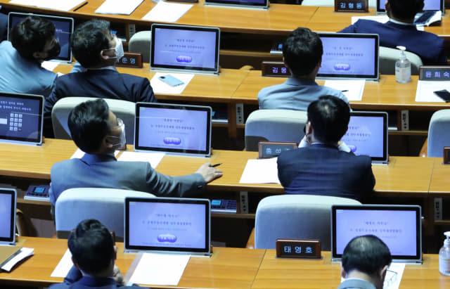 4일 오후 국회 본회의에서 미래통합당 의원들이 종합부동산세법 일부개정법률안에 대한 투표를 하지 않고 있다./연합뉴스/
