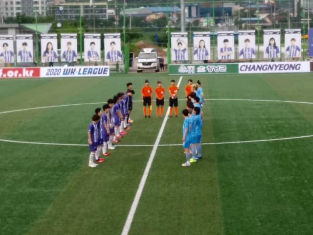 여자실업축구 창녕WFC(왼쪽)가 2일 창녕스포츠파크에서 서울시청과 경기에서 앞서 인사를 하고 있다. /한국여자축구연맹/