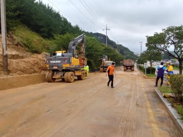 8일 오전 거제시 사곡~옥산 구간 두동터널 부근 도로에서 높이 25m, 길이 30m 규모의 비탈면이 무너져 복구작업에 나서고 있다. /거제시/