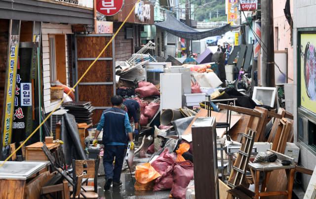9일 오후 하동군 화개면 탑리에서 상인과 자원봉사자들이 집중호우로 침수된 물품을 정리하고 있다./김승권 기자/