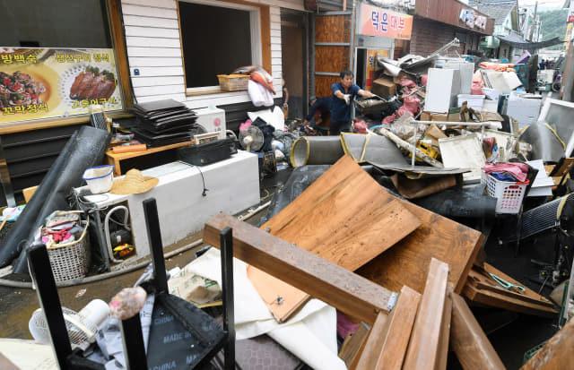 9일 오후 하동군 화개면 탑리에서 주민들이 집중호우로 침수된 물품을 정리하고 있다./김승권 기자/