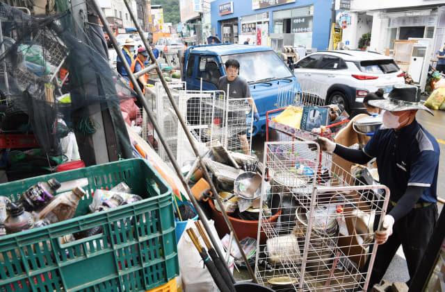9일 오후 하동군 화개면 탑리의 한 마트에서 상인과 자원봉사자들이 집중호우로 침수된 물품을 정리하고 있다./김승권 기자/