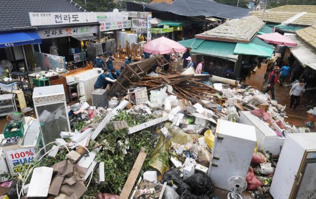 9일 오후 하동군 화개면 화개장터에서 주민과 자원봉사자들이 집중호우로 침수된 물품을 한곳으로 모으고 있다./김승권 기자/