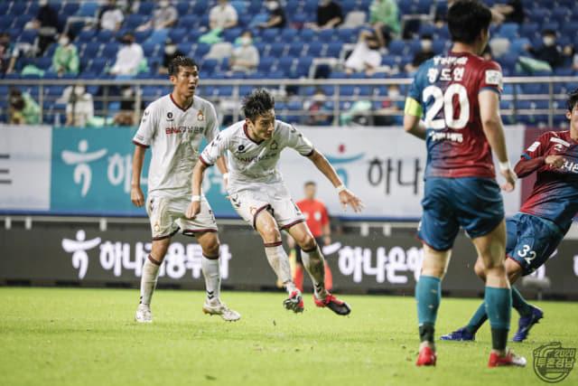 경남FC 고경민이 8일 대전월드컵경기장에서 열린 대전과의 경기 종료직전 승부를 결정짓는 슈팅을 하고 있다. /경남FC/