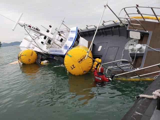 낮은 수심을 모르고 해간도 해역을 지나던 한 선박이 좌초돼 쓰러져 있다. /통영해양경찰서/