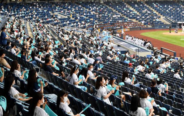 지난 2일 창원NC파크 마산구장에서 NC 다이노스와 두산 베어스의 야구 경기를 관람하고 있는 관중들./경남신문DB/