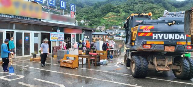 11일 하동 화개 버스터미널 앞에서 상인과 자원봉사자들이 수해현장 복구작업을 하고 있다.