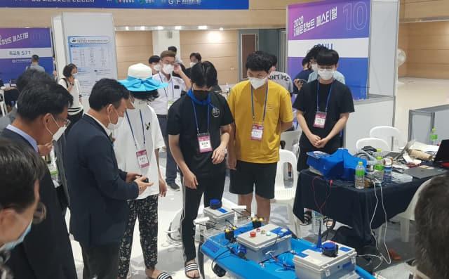 12일 경남마산로봇랜드 컨벤션센터(ROBOCO)에서 개막한 '2020 자율운항보트 페스티벌'에서 관계자들이 전시부스를 둘러보고 있다./창원시/