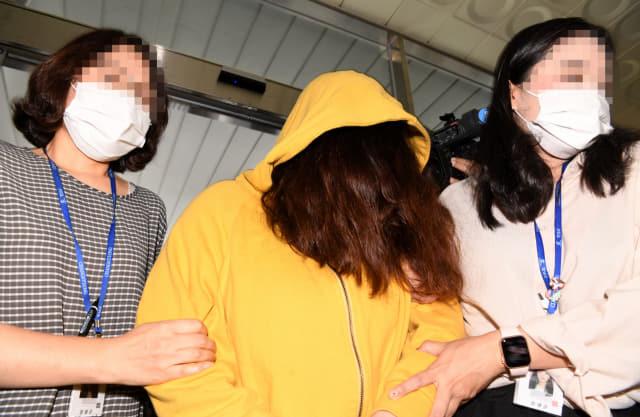 창녕 아동학대 사건에 대한 첫 재판이 열린 14일 오후 창원지방법원 밀양지원에서 학대와 유기, 방임을 한 혐의를 받고 친모가 법원으로 들어서고 있다./성승건 기자/