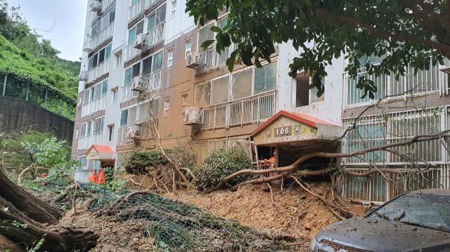 제10호 태풍 '하이선' 영향으로 폭우가 쏟아지면서 7일 오전 경남 거제시 문동동 한 아파트 앞 절개지가 무너져 아파트 현관을 덮쳤다. 거제시 제공