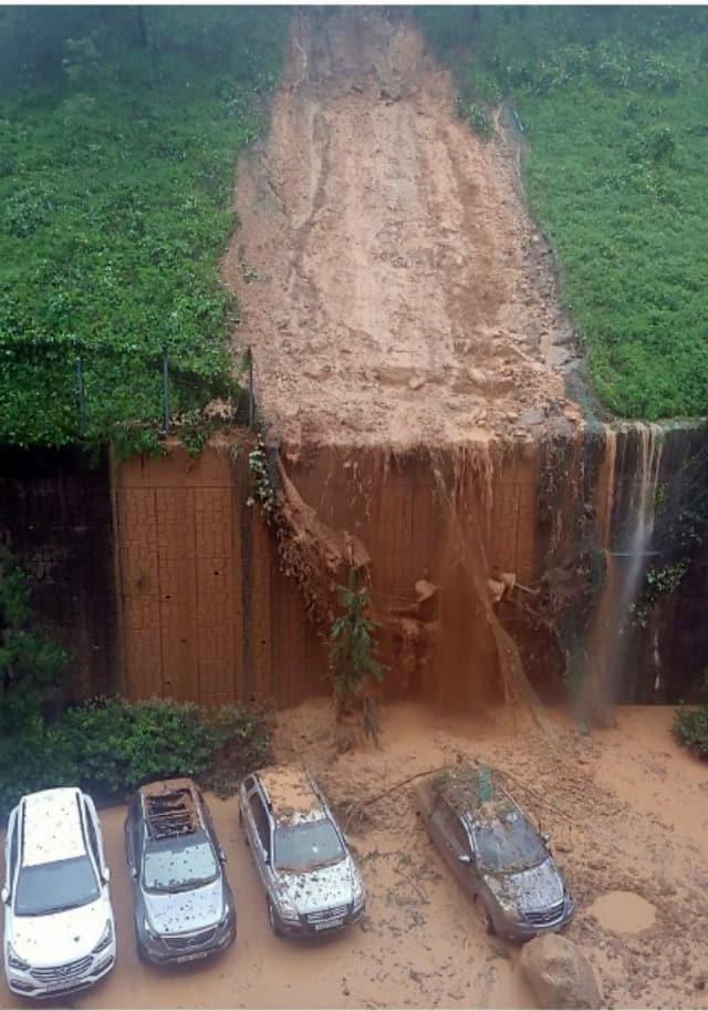 제10호 태풍 '하이선' 영향으로 폭우가 쏟아지면서 7일 오전 경남 거제시 문동동 한 아파트 앞 절개지가 무너져 주차 차량을 덮쳤다. 거제시 제공