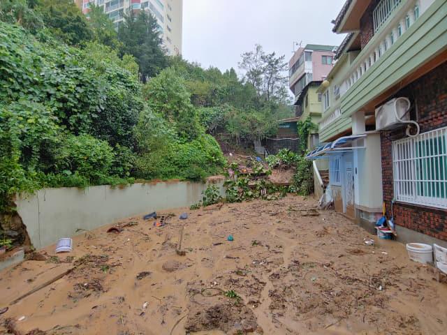 7일 오전 제10호 태풍 하이선이 지나간 부산 부산진구에서 산사태가 발생해 인근 주택을 덮친 모습. 부산소방재난본부 제공