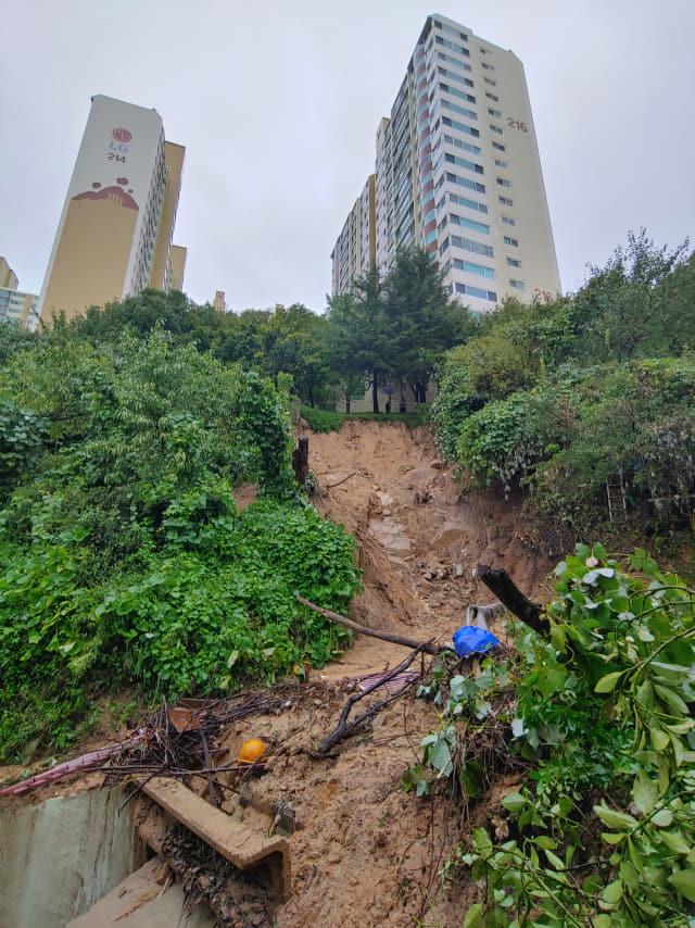 7일 오전 제10호 태풍 하이선이 지나간 부산 부산진구에서 산사태가 발생해 인근 주택을 덮친 모습. 연합뉴스