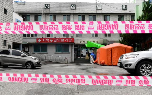 함양에서 택시기사가 코로나19 확진 판정을 받은 가운데 11일 오후 함양 성심병원이 자체 휴업을 하고 있다./성승건 기자/