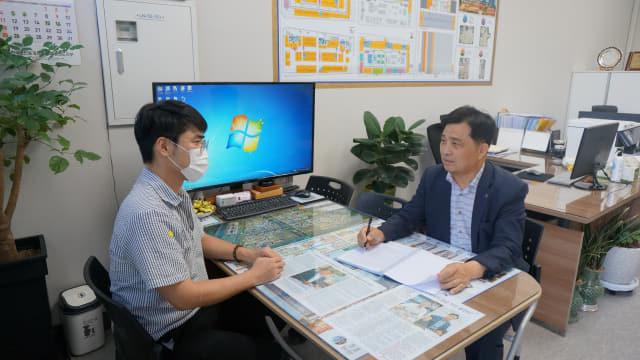 14일 오전 하재갑(오른쪽) 한국공인중개사협회 경남지부장이 본인의 사무실에서 주택임대차보호법 관련 상담을 진행하고 있다.
