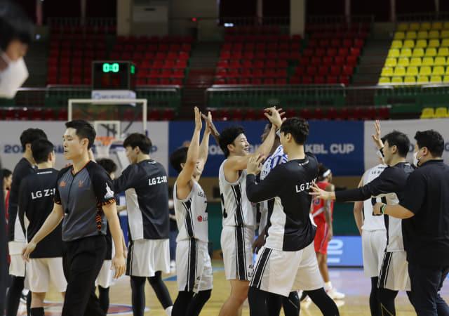 창원LG 선수들이 20일 군산월명체육관에서 열린 '2020 MG새마을금고 KBL 컵대회'에서 울산현대모비스를 꺾고 기뻐하고 있다./연합뉴스/