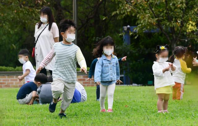 창원시 관내 어린이집이 재개원한 가운데 22일 오전 창원시 의창구 용지어울림동산을 찾은 어린이집 아이들이 잔디밭에서 산책을 즐기고 있다./성승건 기자/