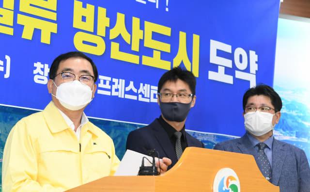 23일 창원시청 에서 허성무(맨 왼쪽) 시장이 2030 글로벌 일류 방산도시 도약 기자회견을 하고 있다./김승권 기자/