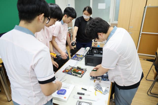 컴퓨터정보과 학생들의 PC 분해 및 재조립 실습 모습.