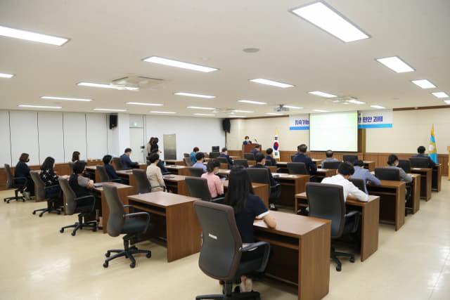 지난 22일 창원시의회 대회의실에서 창원시의회 의원연구단체인 도시발전연구회 소속 의원들이 강연을 듣고 있다./창원시의회/
