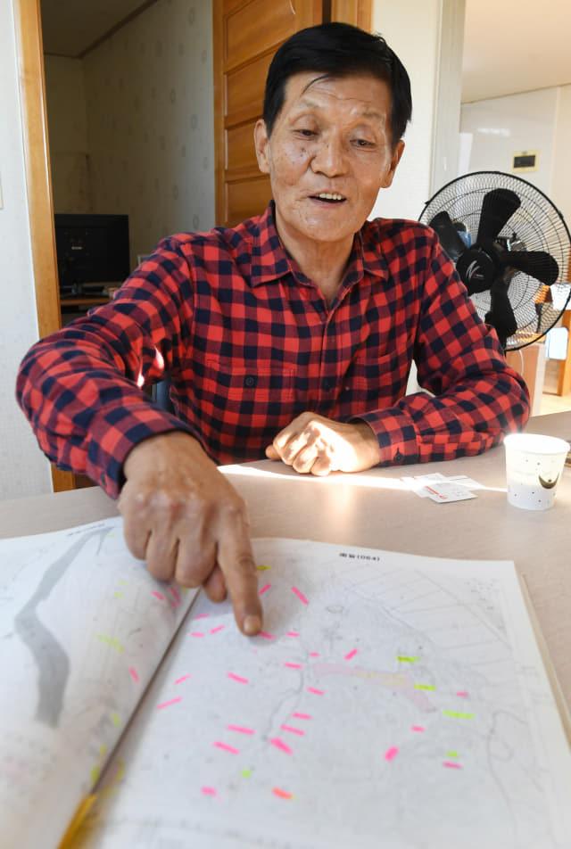 조희영 함안 아라가야향토사연구회장이 함안 내 사적·유적지로 추정되는 지점을 기록한 '함안문화유적분포지도'를 보여주고 있다./김승권 기자/