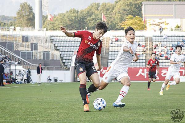 경남FC 고경민이 17일 창원축구센터에서 제주전에서 돌파를 하고 있다./경남FC